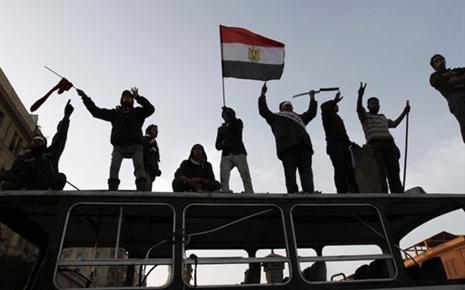 7656713795_la-revolte-populaire-reclamant-le-depart-du-president-egyptien-hosni-moubarak-depuis-dix-jours-a-vire-a-l-affrontement-arme-place-tahrir